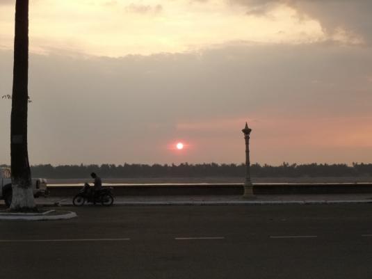 Il sole tramonta sul Mekong a Kratie - Cambodia